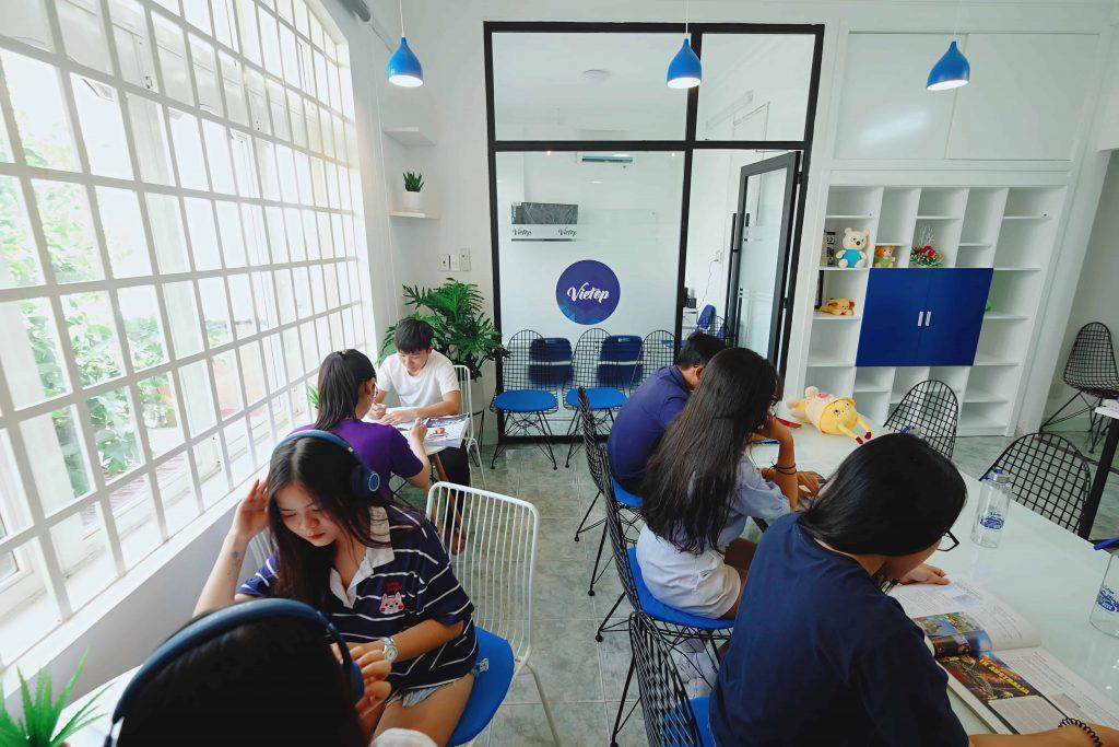 Không gian buổi tự học học IELTS tại Vietop