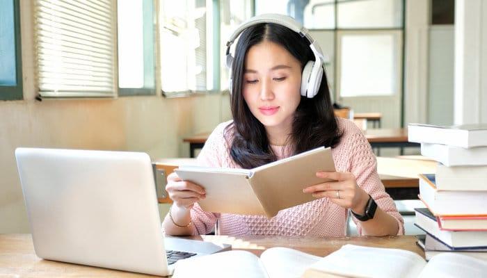 Kiên trì nghe, nghe, nghe và chép lại những gì nghe được